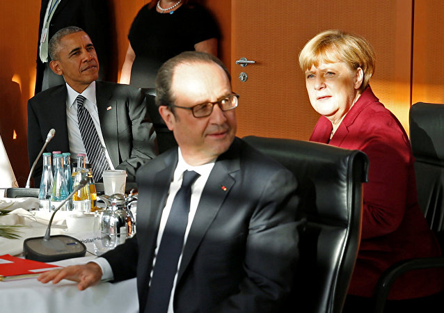 French President Francois Hollande (C) looks up during a meeting with U.S. President Barack Obama, German Chancellor Angela Merkel (R) and other European leaders at the German Chancellery in Berlin, Germany November 18, 2016.