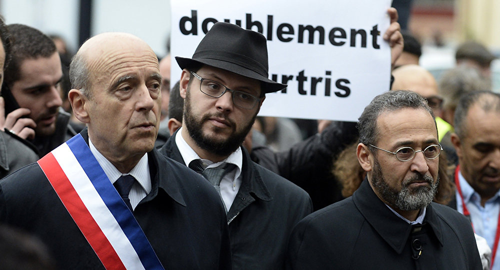 French Mayor of Bordeaux Alain Juppe (L), rabbi Emmanuel Valency (C) and imam of Bordeaux's mosque Tareq Oubrou (R) attend a gathering in Bordeaux on November 20, 2015 as part of a public tribute to the victims of the November 13 Paris attacks