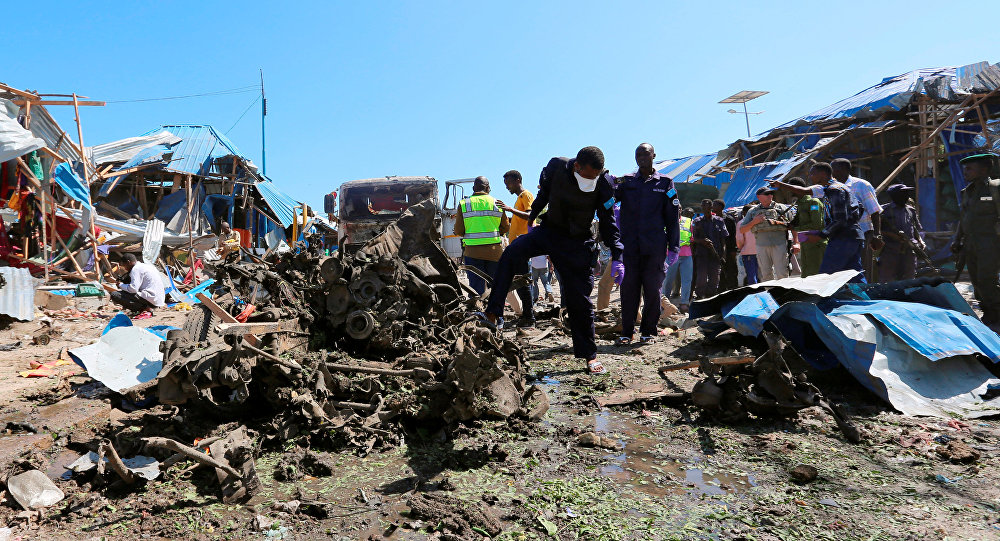 Explosive experts assess the wreckages of destroyed cars at the scene of an explosion at a police checkpoint near the vegetable market in Waberi district of Somali capital Mogadishu, November 26, 2016
