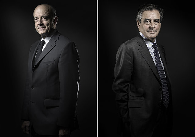 (COMBO) This combination of file pictures created on November 25, 2016 shows Alain Juppe (L) on October 26, 2016 and Francois Fillon (R) on November 25, 2016 during photo sessions in Paris