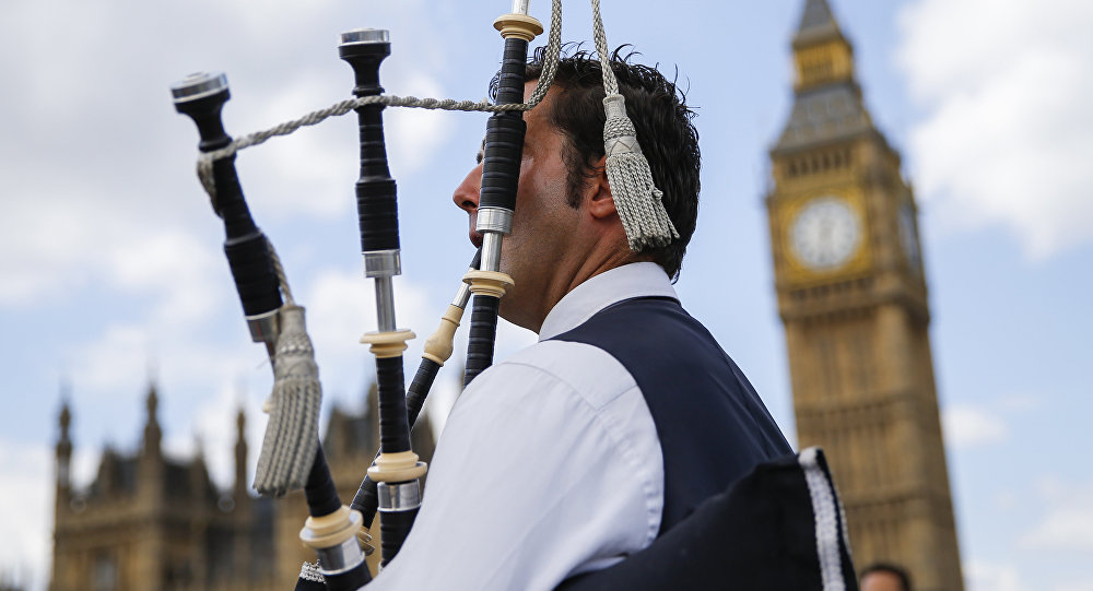 A Scottish piper plays for tourists in front of the Queen Elizabeth Tower (Big Ben) and The Houses of Parliament in central London on June 26, 2016.