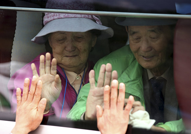 South Koreans on a bus touch the bus window in their attempt to feel hands of their North Korean relatives as they bid farewell after the Separated Family Reunion Meeting at Diamond Mountain resort in North Korea. (File)