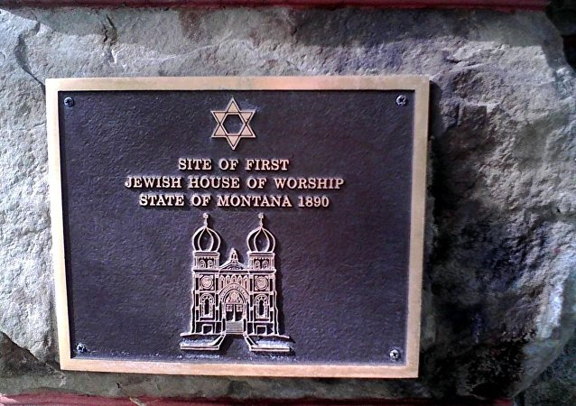 Commemorative marker, placed 2001 by the Jewish American Society for Historic Preservation, showing original building design with domes that were removed in the 1930s remodel of the building