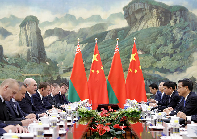 Belarusian President Alexander Lukashenko (3nd-L) meets with Chinese Premier Li Keqiang (R) at the Great Hall of the People in Beijing (File)