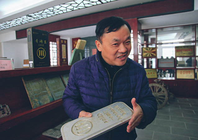 Gan Duoping, the fourth generation inheritor of Zhaoliqiao brick tea production techniques, introduces brick tea production techniques at Zhaoliqiao Tea Factory in Chibi, Central China's Hubei province, on November 29, 2016.