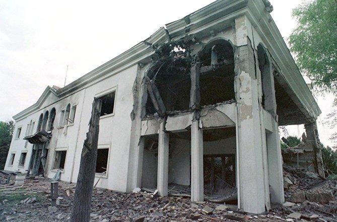 A frontal view shows the destroyed Belgrade residence of Yugoslav President Slobodan Milosevic 22 April 1999.