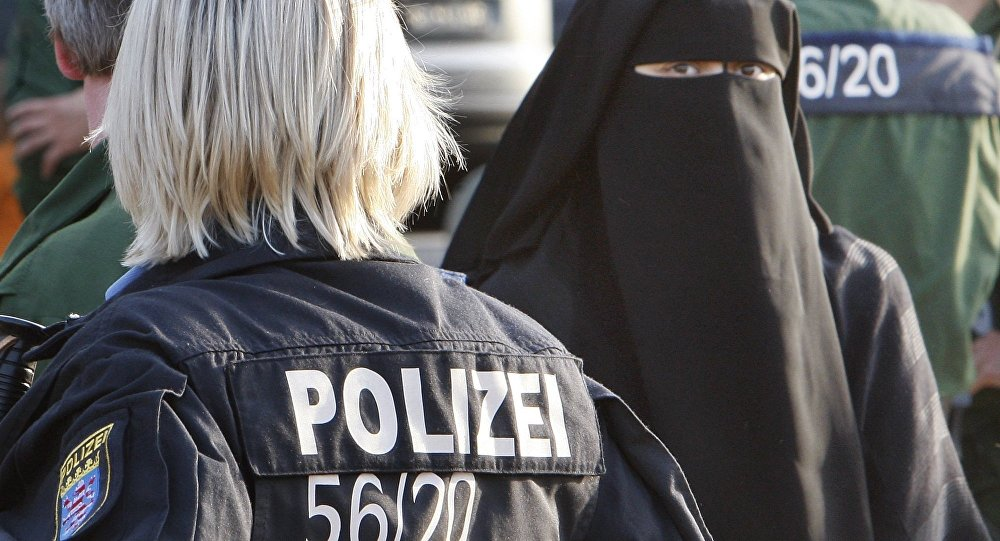 German policewoman stands next to a Muslim woman (File)
