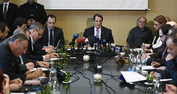 Greek Cypriot President Nicos Anastasiades (C) gives a press conference following UN-sponsored Cyprus peace talks on January 13, 2017 in Geneva