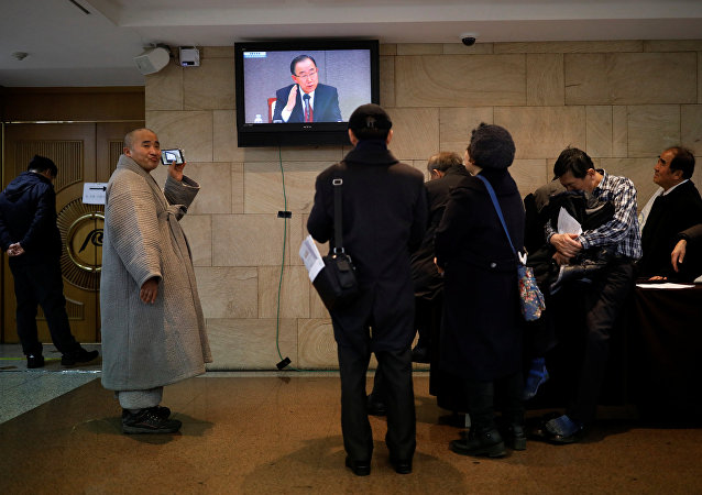 Audience watch a TV broadcasting former U.N. secretary-general Ban Ki-moon at a media roundtable, outside the venue in Seoul, South Korea, January 25, 2017