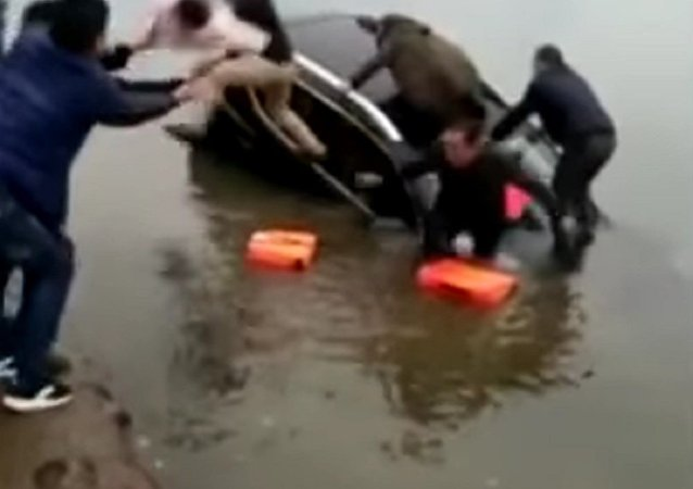 When the car sank, he caught the child thrown
