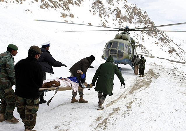 Members of the Afghan army carry the dead body of an avalanche victim (File)