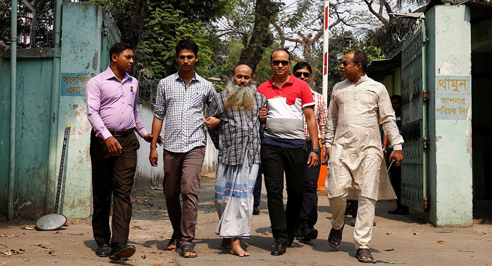 """Security personnel bring Shaikh Mohammad Abul Kashem, a spiritual leader of """"Neo JMB"""", in front of media after his March 2 arrest by Counter Terrorism and Transnational Crime Unit of Dhaka Metropolitan Police in Dhaka, Bangladesh, March 3, 2017"""