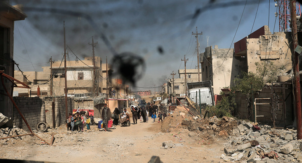 Displaced Iraqis flee their homes in Al Mansour district, as Iraqi forces battle with Daesh militants, in western Mosul, Iraq March 6, 2017.