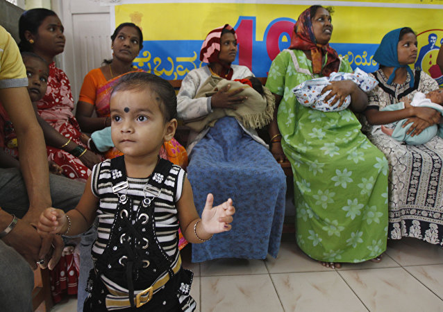 Mothers wait with their new born babies to have them polio vaccine drops administered at a government-run maternity home in Bangalore, India (File)