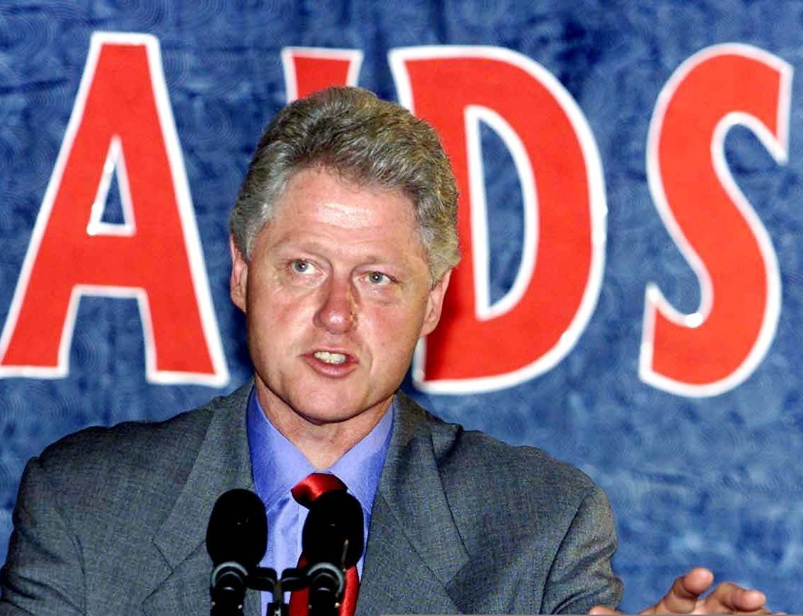 US President Bill Clinton talks about Aids in Africa and Nigeria at the National Center for Women Development with Nigerian President Olusegun Obasanjo 27 August 2000 in Abuja, Nigeria