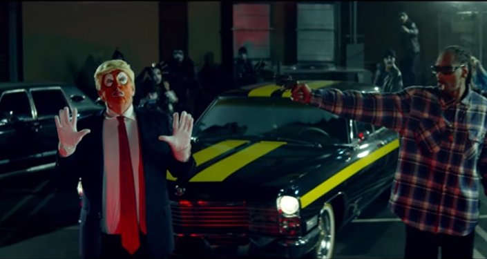 Snoops trains a gun on a clown dressed as Donald Trump in a new music.