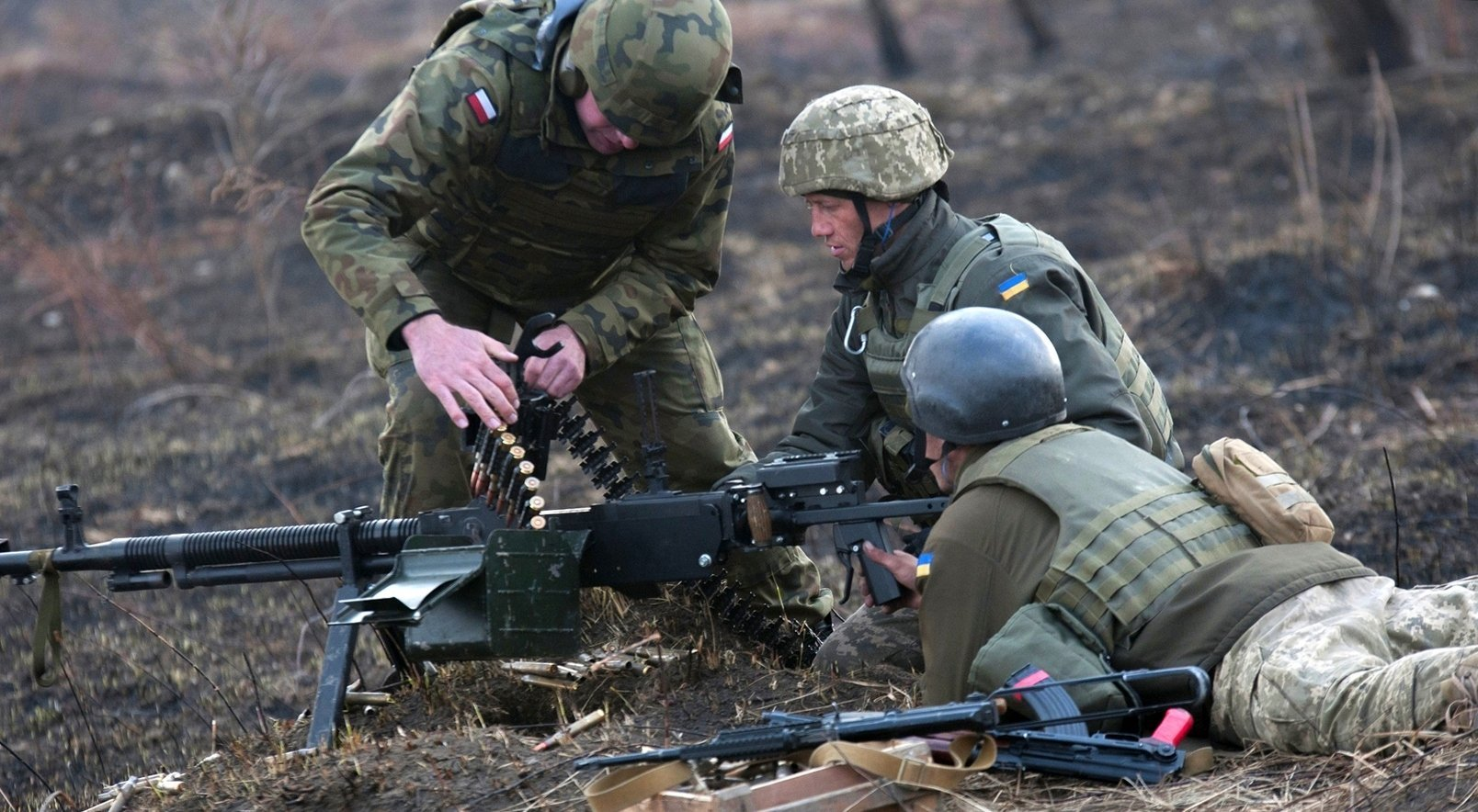 Ukrainian troops being 'trained' to handle their heavy machinegun by a Polish instructor, March 2017