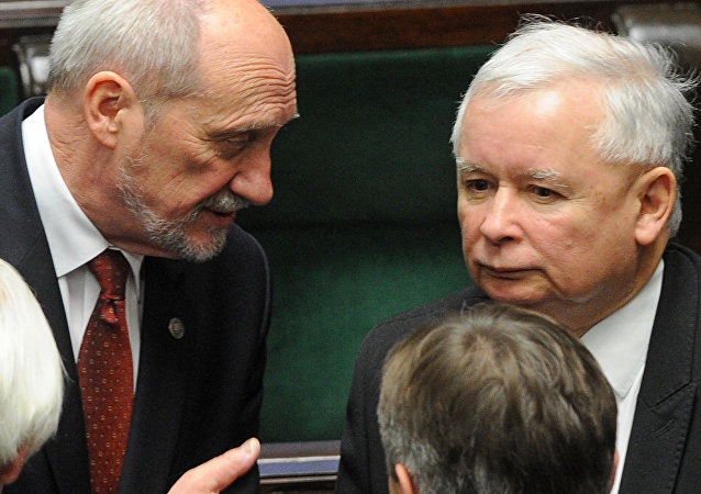 Leader of the conservative Law and Justice party that won the general elections, Jaroslaw Kaczynski, right, and candidate for the new defense minister Antoni Macierewicz (File)