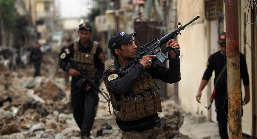 Iraqi counter-terrorism service (CTS) forces advance towards the Sekak neighbourhood in western Mosul on April 11, 2017, during the ongoing offensive to retake the city from Islamic State (IS) group jihadists
