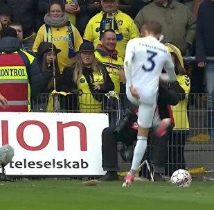 Brøndby fans kaster rotter efter FCK spillere