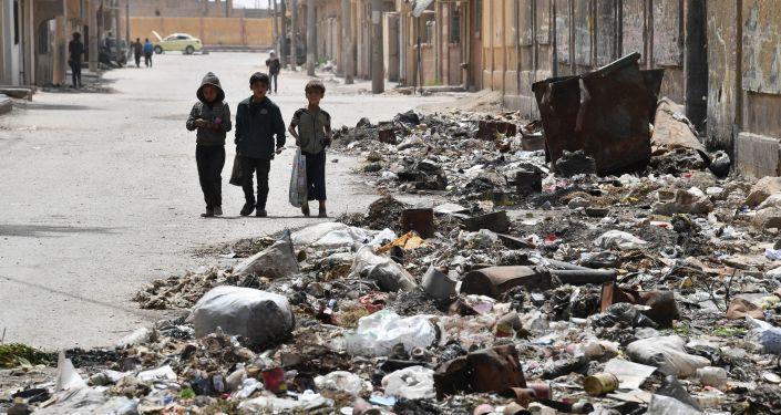 Children walking along a street in Deir ez-Zor, Syria