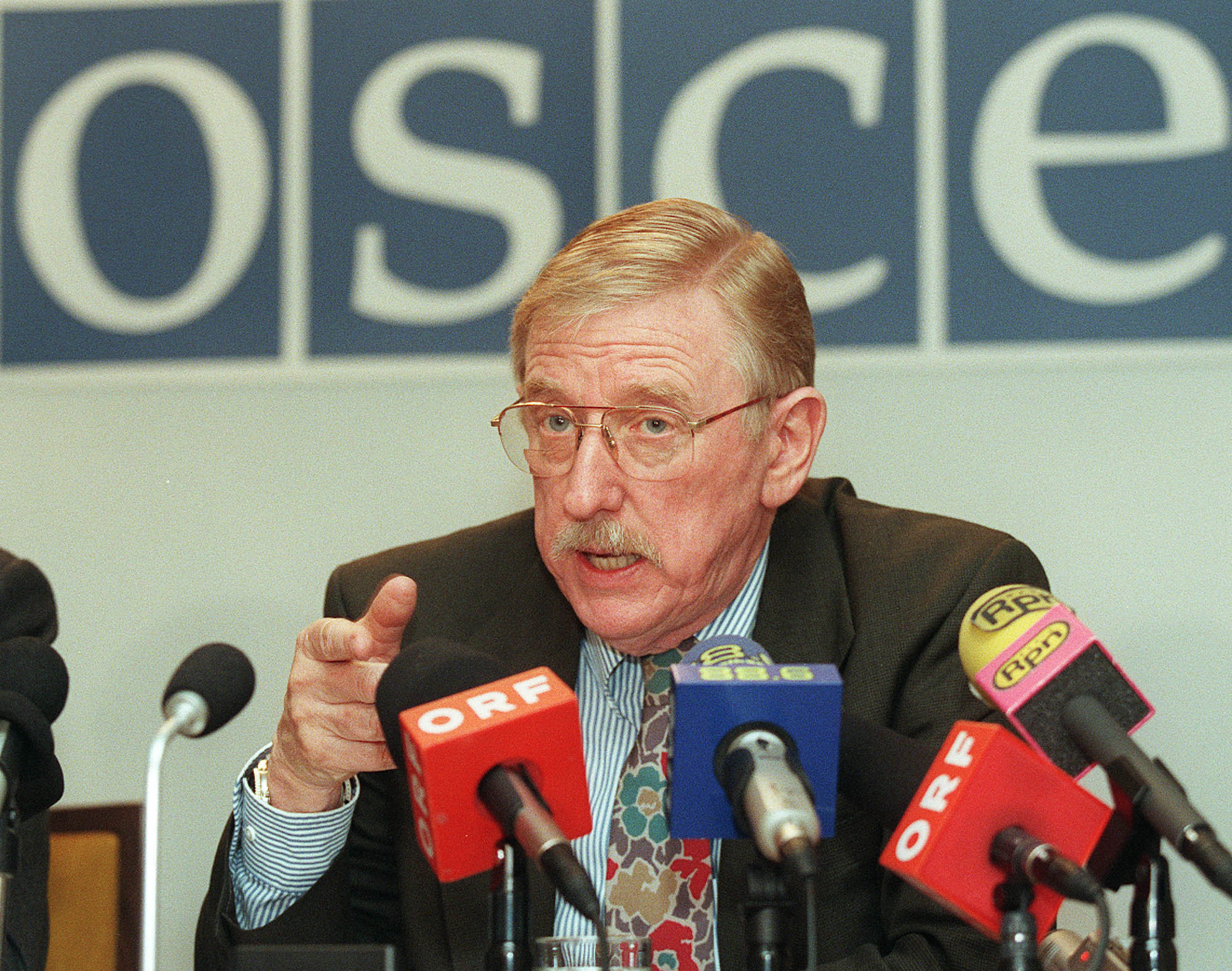 The Head of the Kosovo Verification Mission of the Organization for Security and Co-operation in Europe (OSCE) William Walker answers reporter's question during a press conference at Vienna's Hofburg Palace, Moday, Jan. 25 1999