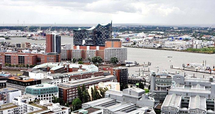 Hamburg Residents Take to Street to Protest Government's Coronavirus Measures – Video