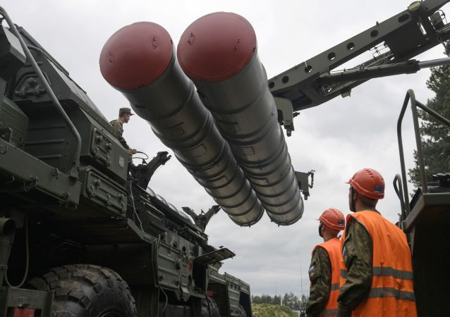 Recharging an S-400 Triumf anti-aircraft weapon system during the combat duty drills of the surface to air-misile regiment in the Moscow Region.