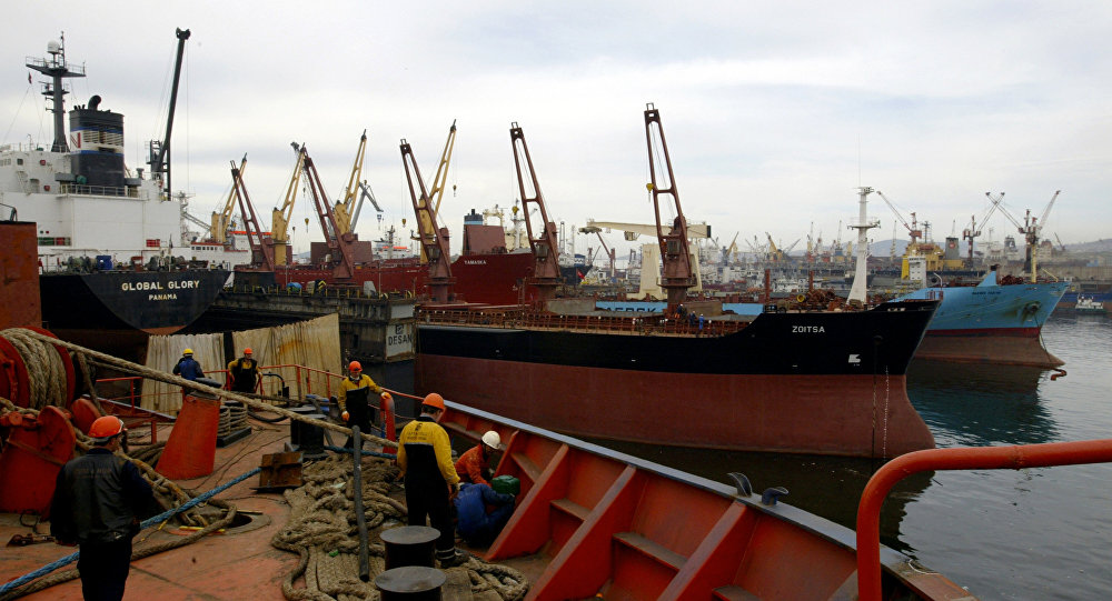 Employees work at a shipyard in the Tuzla district of Istanbul/. (File)