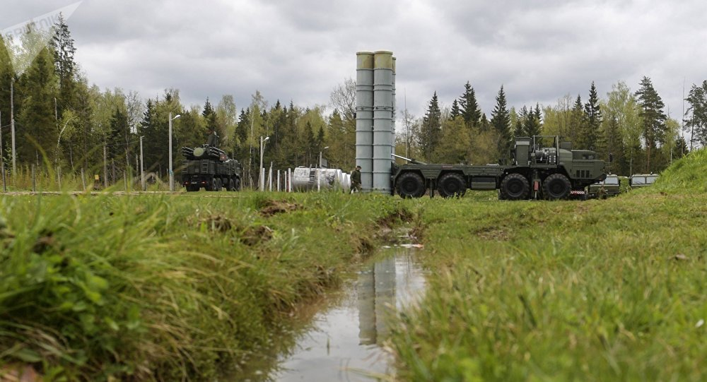 An S-400 Triumf anti-aircraft weapon system and a Pantsir-S surface-to-air missile and anti-aircraft artillery weapon system during the combat duty drills of the surface to air-misile regiment in the Moscow Region