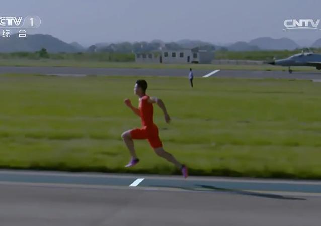 Sprinter Zhang Peimeng beats FTC-2000 trainer