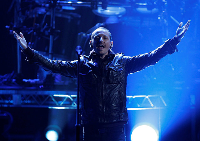 Chester Bennington of Linkin Park performs Burn It Down at the 40th American Music Awards in Los Angeles, California, November 18, 2012.