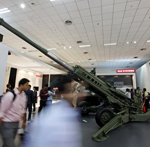Visitors walk passed the BAE Systems M777 Howitzer artillery piece at the 7th International Land and Naval Defence Systems Exhibition in New Delhi, India (File)