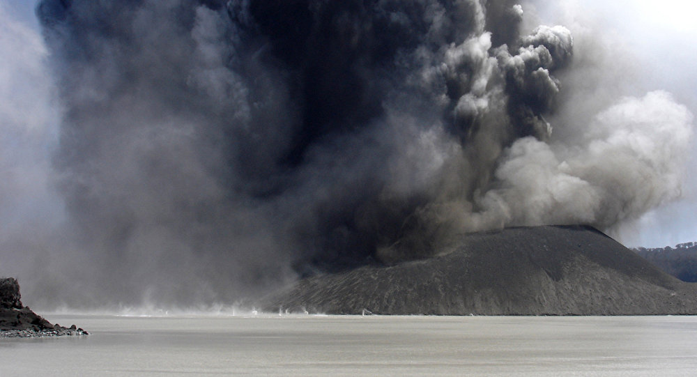 Steam and ash erupt from a vent in Lake Vui on Mount Manaro (File)