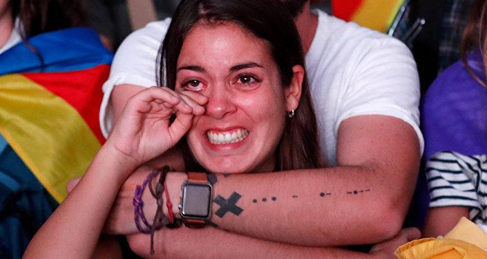 Mujer reacciona al discurso de Carles Puigdemont