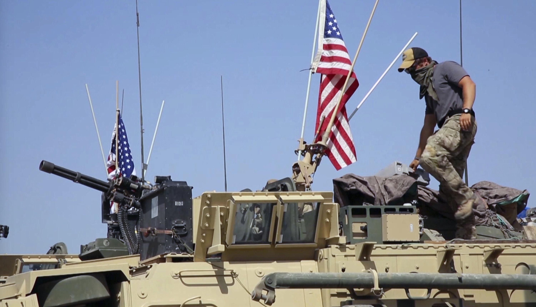 今週の土曜日。 まだビデオから撮影された29,2107は、シリアのダルバシヤ北部の村で装甲車に立っているアメリカの兵士を示しています