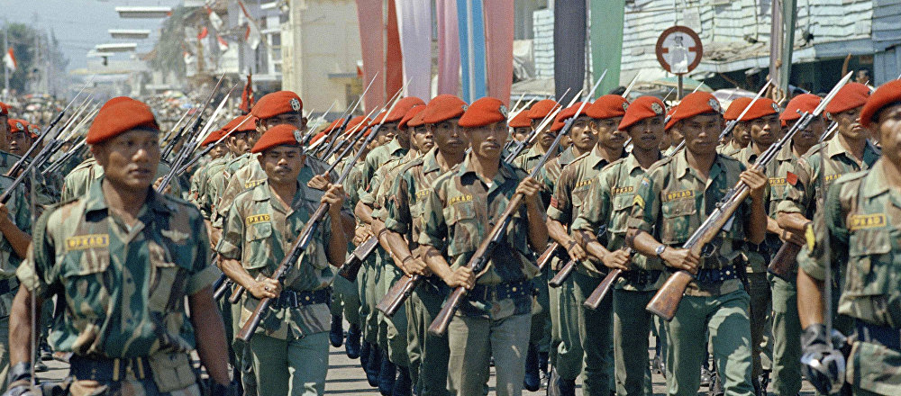 Indonesia elite troops parade in Bandung, June 1966. The red caps are paratroopers in red berets.
