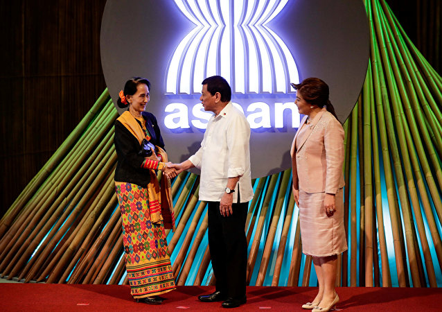 Myanmar State Counselor Aung San Suu Kyi (L) shakes hands with Philippine President Rodrigo Duterte (C) before the opening ceremony of the 31st Association of Southeast Asian Nations (ASEAN) Summit in Manila, Philippines,13 November 2017
