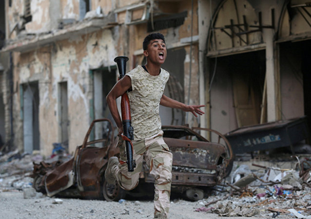 A member of the Libyan National Army runs during clashes with Islamist militants in Khreibish district in Benghazi, Libya, November 9, 2017.