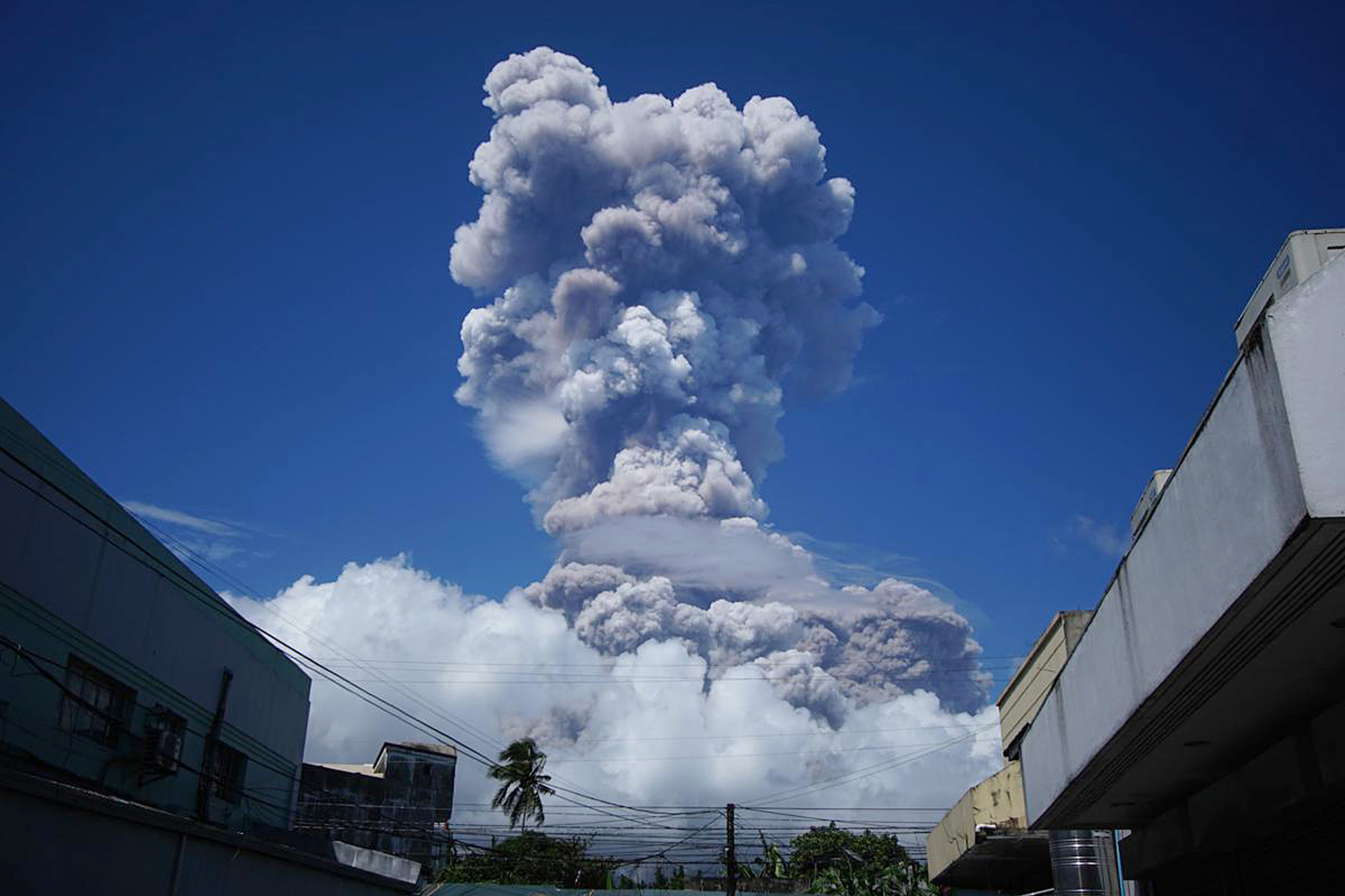 A huge column of ash shoots up to the sky during the eruption of Mayon volcano Monday, Jan. 22, 2018 as seen from Daraga township, Legazpi city, Albay province, around 340 kilometers (200 miles) southeast of Manila, Philippines
