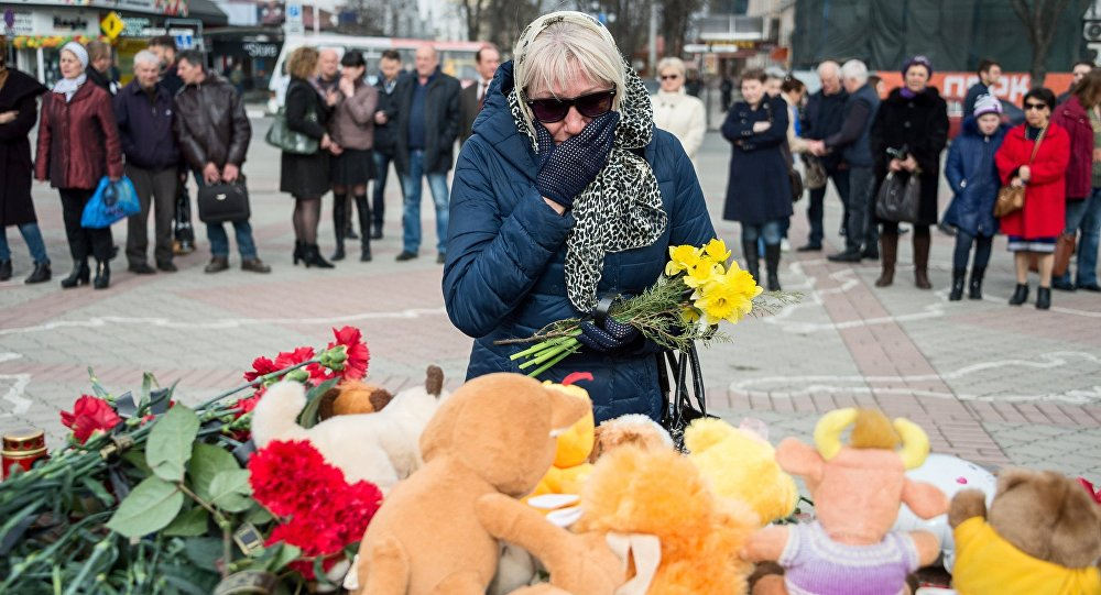 Residents of Simferopol bring flowers to the Lenin Square memorial to honor those killed in the Zimnyaya Vishnya shopping mall fire in Kemerovo