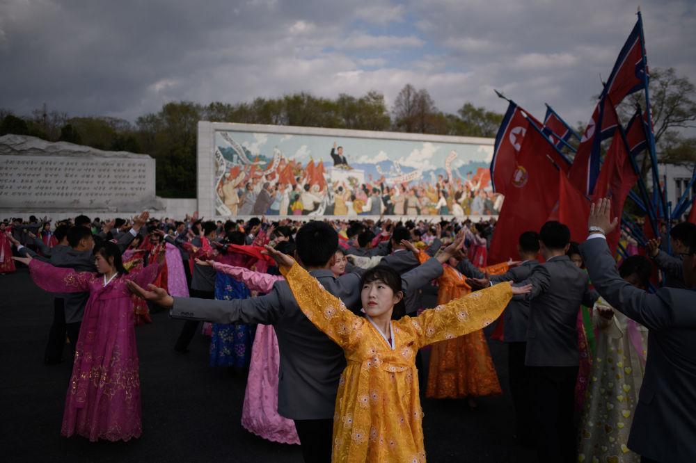 Массовый танец во время празднования Дня Солнца в Пхеньяне