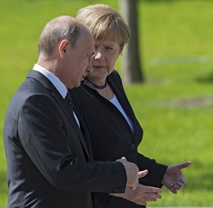 Vladimir Putin and German Chancellor Angela Merkel lay flowers at Tomb of the Unknown Soldier