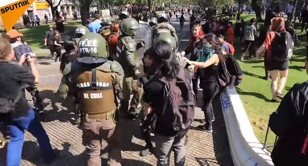 Chile: Violent clashes erupt as students march against 'sexist education' and CAE