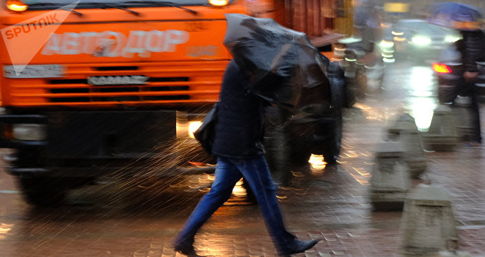 Pedestrians at the streets of Moscow during the storm
