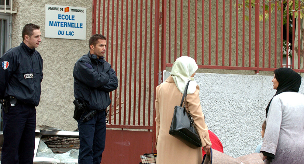 Police officers talk with residents of the Le Mirail district of Toulouse, southwestern France, Thursday Nov.10, 2005.