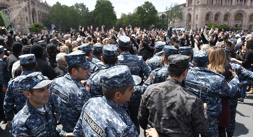 Armenian interior ministry condemns soldiers joining anti-government rallies