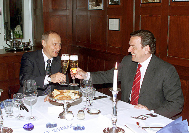 Vladimir Putin and Gerhard Schroeder in the restaurant Old Weimar