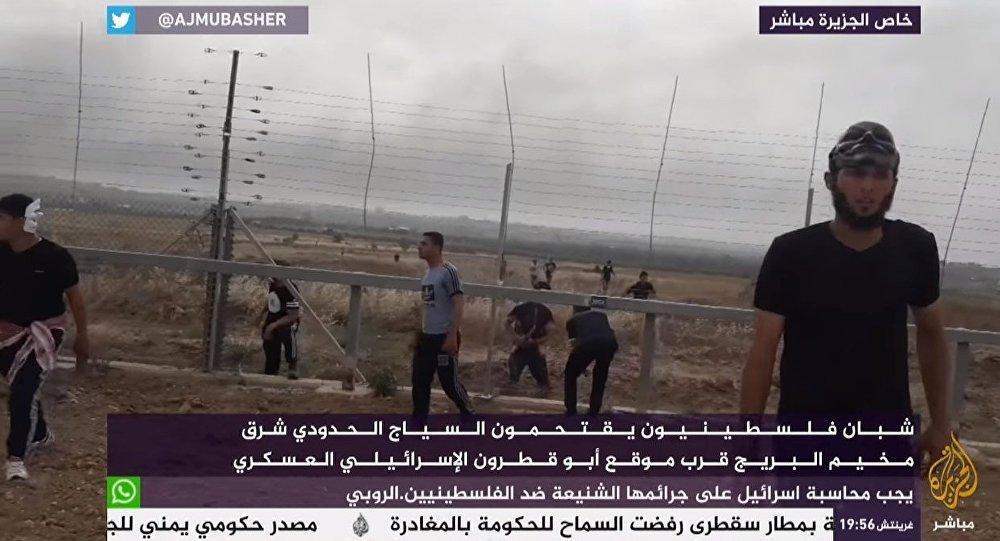 شباب فلسطيني يقتحم السياج الحدودي شرق مخيم البريج قرب موقع قطرون الإسرائيلي العسكري