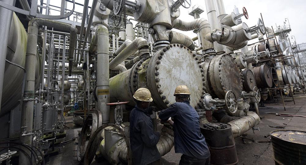 Nigerian oil workers (File)